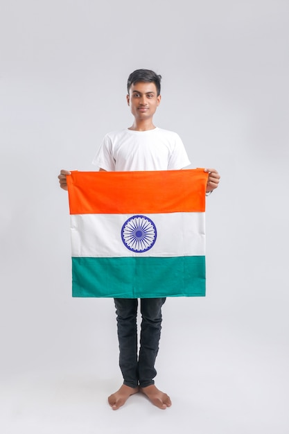 インドの旗を持つ若いインド人 Premium写真