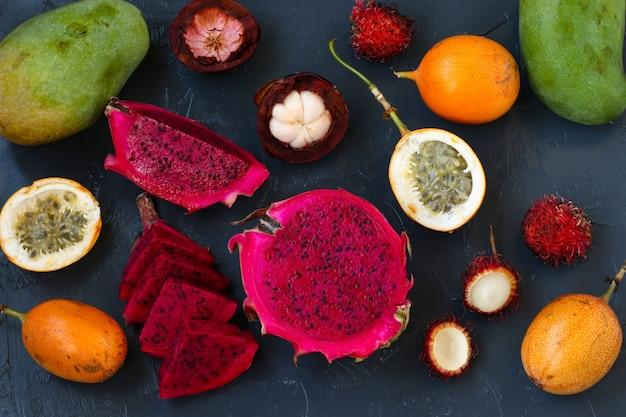 トロピカルフルーツ:ドラゴンフルーツ、パッションフルーツ、マンゴスチン、ランブータン、マンゴー Premium写真