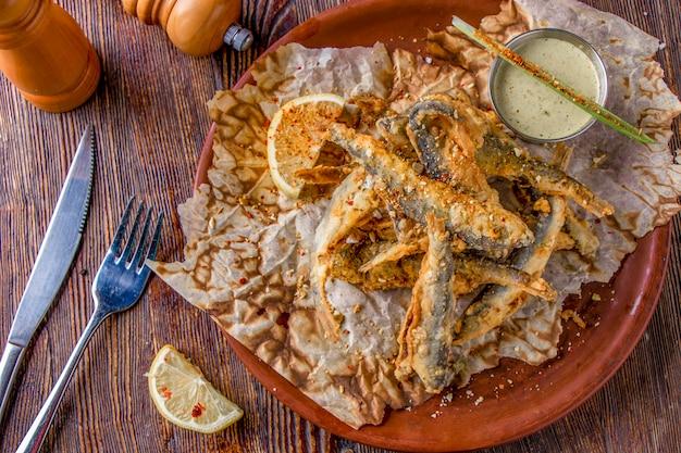 Набор с морепродуктами, небольшой жареной морской рыбой, блюда, которые обычно подают к пиву, горизонтальная ориентация, вид сверху Premium Фотографии