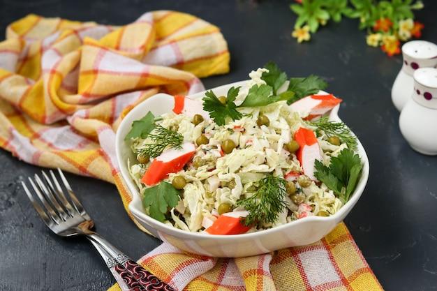 白菜、缶詰のエンドウ豆、カニのスティックボウルのヘルシーサラダ Premium写真