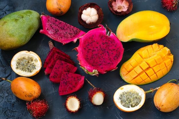 トロピカルフルーツ:ドラゴンフルーツ、パッションフルーツ、マンゴスチン、ランブータン、マンゴーがあります Premium写真