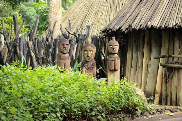 Статуи в лесу Premium Фотографии