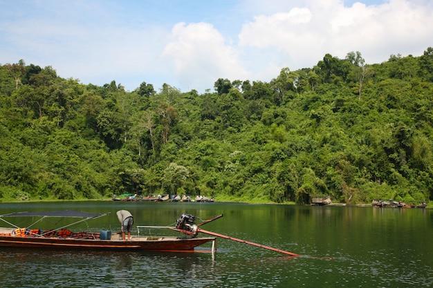 川の穏やかな風景 無料写真