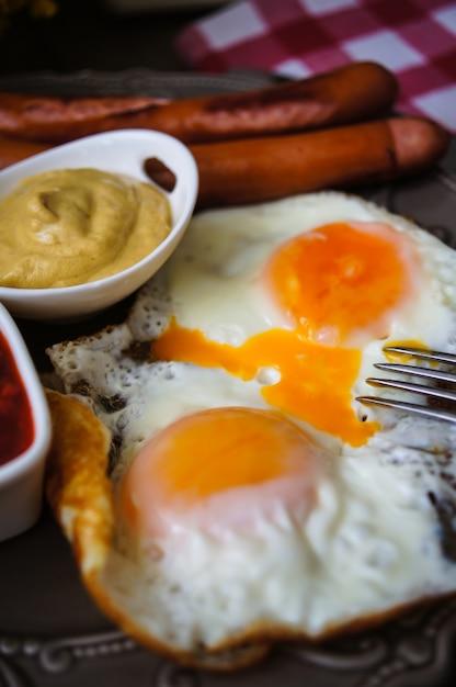 ソーセージと卵の朝食時間 Premium写真