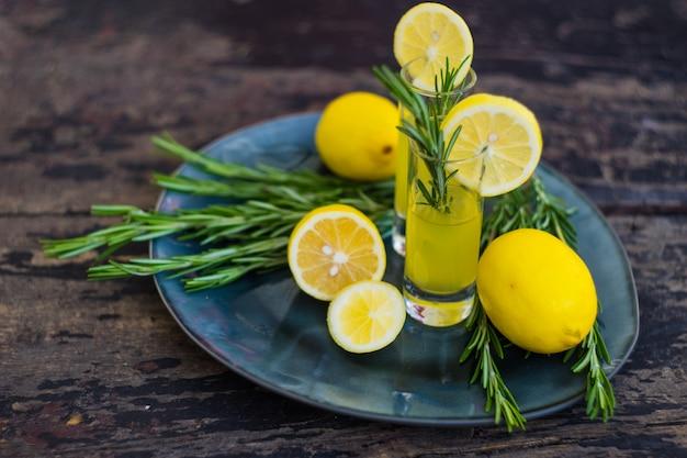 Традиционный итальянский алкогольный напиток лимончелло Premium Фотографии
