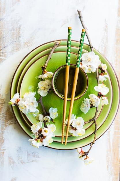 緑茶と桃の開花枝のカップと春のコンセプト Premium写真