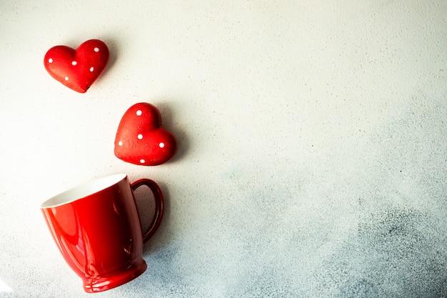 マグカップと心の聖バレンタインの日の概念 Premium写真