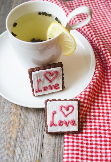 バレンタインデーの紅茶とクッキー Premium写真