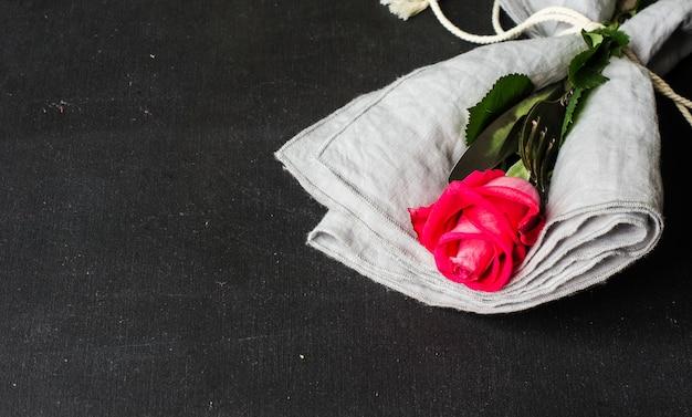 赤いバラとテーブルの設定 Premium写真