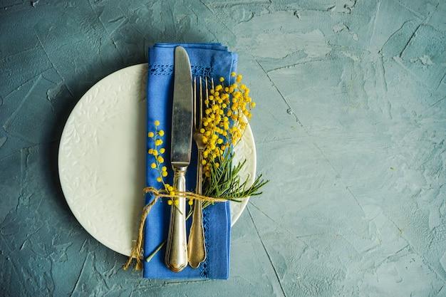 ミモザの花と春のテーブルセッティング Premium写真