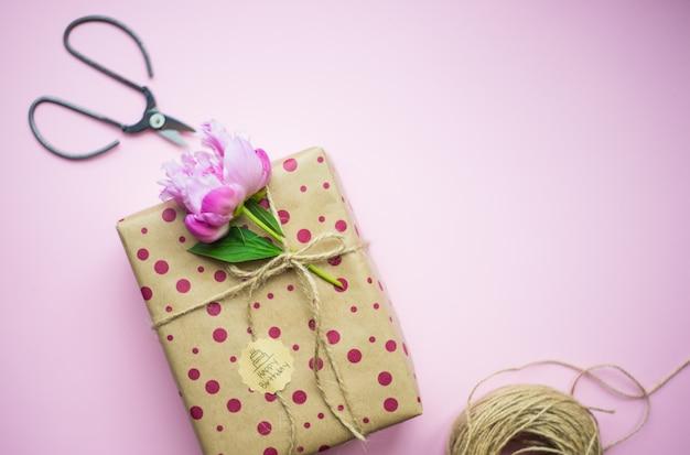 ピンクのギフトボックス Premium写真