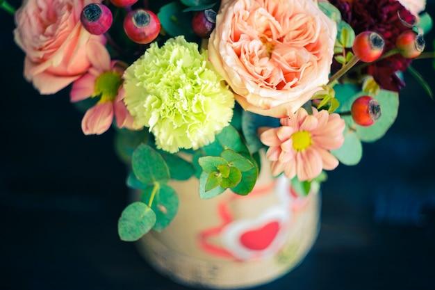 バラとフラワーボックス Premium写真