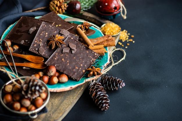 Кулинарная концепция с разными видами шоколада Premium Фотографии