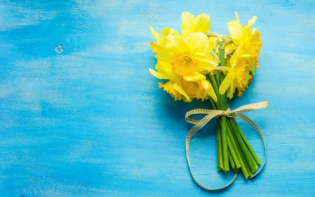 明るい黄色の水仙の花と春のコンセプト Premium写真