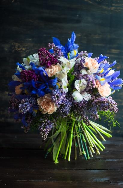 Красивые весенние цветы в букете Premium Фотографии