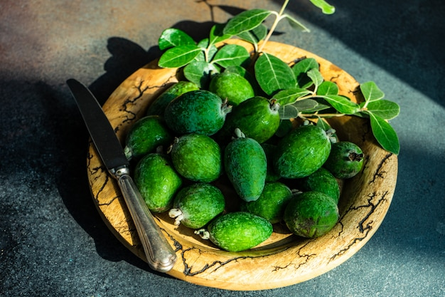 Осенний органический фрукт фейхоа Premium Фотографии