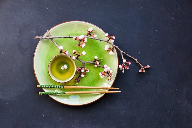 緑茶と桃の花 Premium写真