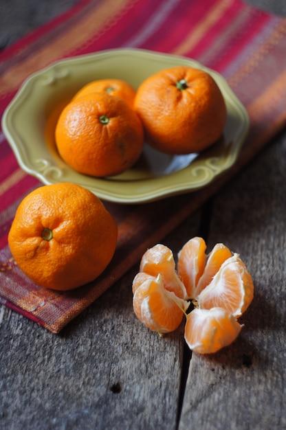 Органические мандарины в миске как традиционная рождественская еда Premium Фотографии
