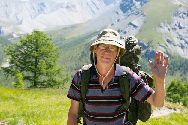 挨拶で手を振る観光客。 Premium写真