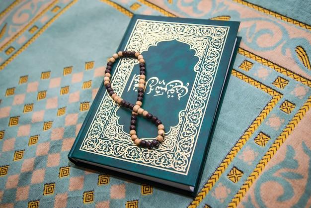 イスラム教徒のロザリオと敷物に関する祈りの本 Premium写真