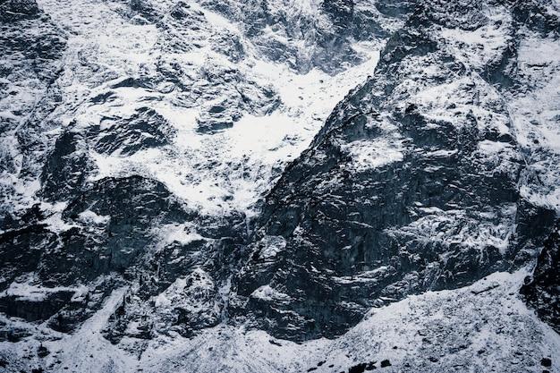 Снежные горы крупным планом. текстура камней в снегу Premium Фотографии