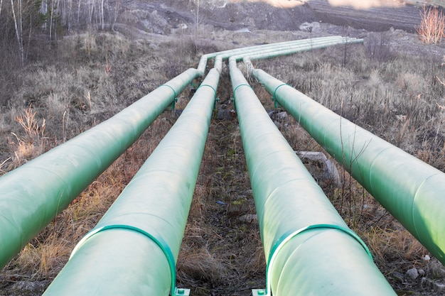 採石場から水を汲み上げるための大きな水道管 Premium写真