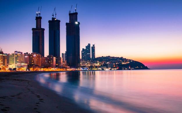 海雲台ビーチ、釜山、韓国で悲観的な夕日。 Premium写真