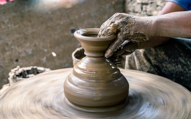 ネパールのバクタプルで手芸陶器の土鍋を作る。 Premium写真
