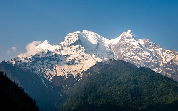 Красивая сияющая гора ганеш в горхе, непал. Premium Фотографии