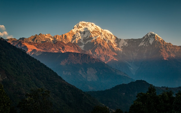 ネパールのアンナプルナ南にある美しい輝く山。 Premium写真