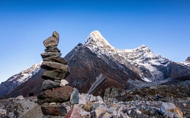 ネパール、ツォ・ロルパ氷河湖のカン・ナチュゴ山の美しい音。 Premium写真
