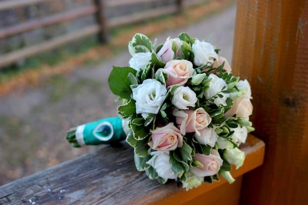 美しいウェディングブーケのクローズアップ。花嫁のブーケ Premium写真