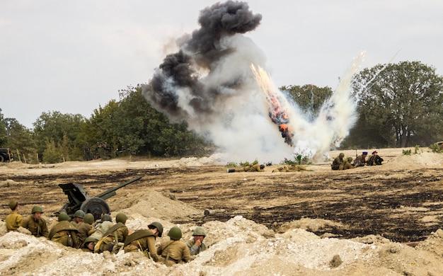 Реконструкция битвы второй мировой войны. битва за севастополь. реконструкция битвы со взрывами Premium Фотографии