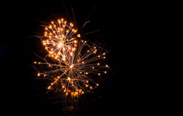 Красочные фейерверки в небе на черном фоне. праздничный салют, фейерверк Premium Фотографии
