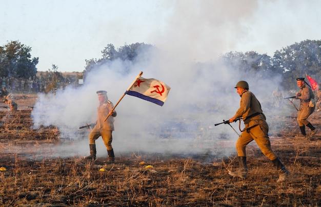 Реконструкция битвы второй мировой войны за севастополь реконструкция битвы со взрывами Premium Фотографии