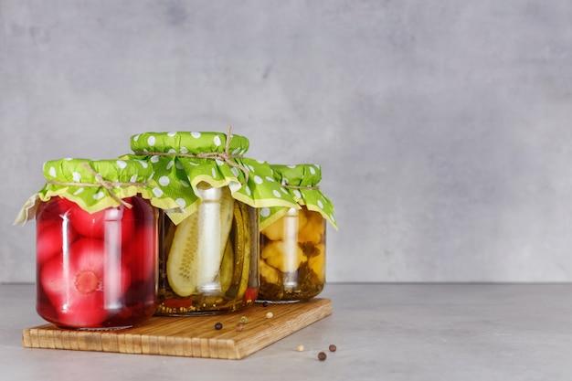 Заквашенная консервированная вегетарианская еда в стеклянных банках. концепция консервов. копировать пространство Premium Фотографии