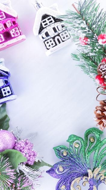 Праздничные украшения на еловой ветке на белом фоне Premium Фотографии
