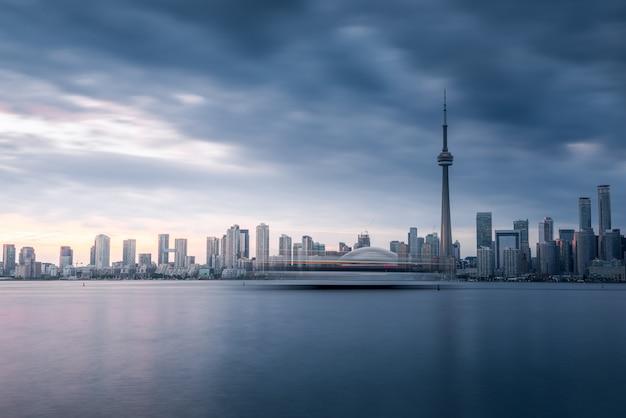 Городские здания торонто и горизонт, канада Premium Фотографии