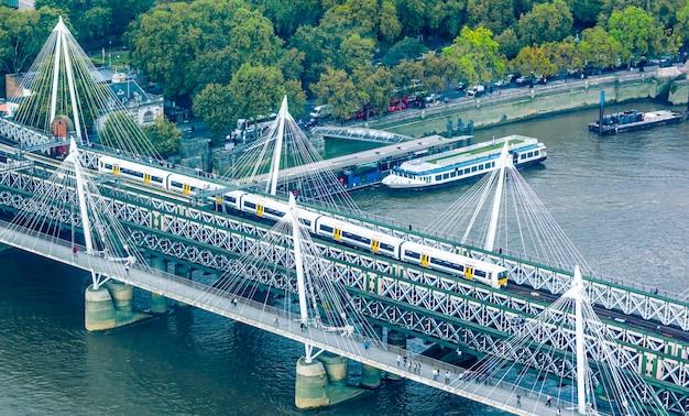 ユナイテッドカインド、ロンドンの街のスカイライン Premium写真