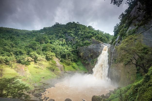 Водопад дунхинда в шри-ланке Premium Фотографии