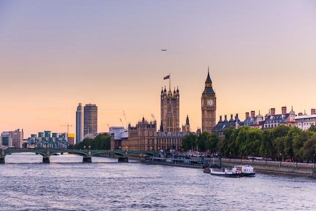 ロンドン市街のスカイライン Premium写真