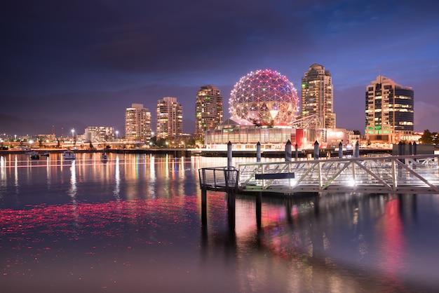 Ванкувер город небоскребов в ночное время, британская колумбия, канада Premium Фотографии