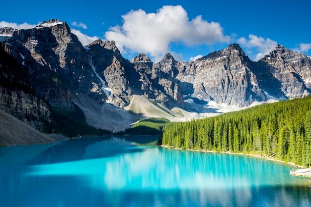 カナダ、アルバータ州バンフ国立公園の美しいモレーン湖の風景 Premium写真
