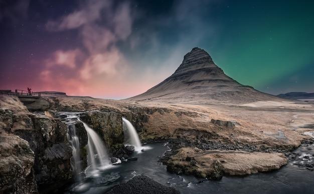 アイスランドのキルケフェルの滝の上のオーロラオーロラ Premium写真