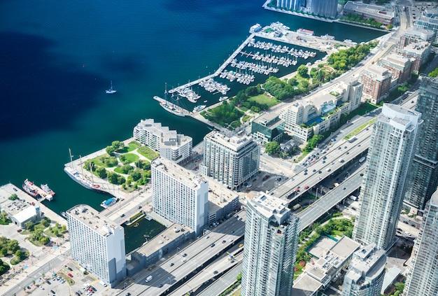 Вид с воздуха на горизонте города торонто, канада Premium Фотографии
