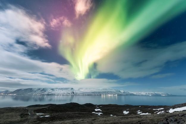 アイスランドのアークレイリ市のオーロラオーロラ Premium写真