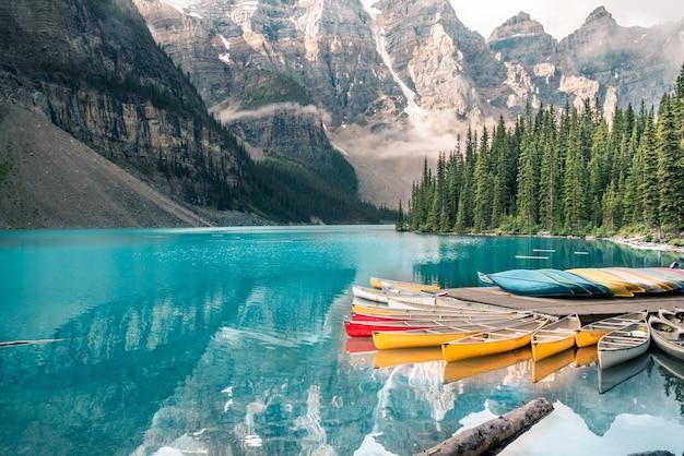 Красивое моренное озеро в национальном парке банф, альберта, канада Premium Фотографии