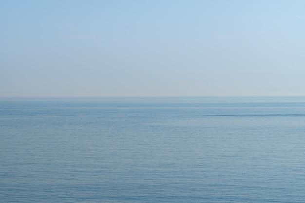 淡い青空と海、韓国の済州島、スウォルボン火山周辺の海岸。 Premium写真