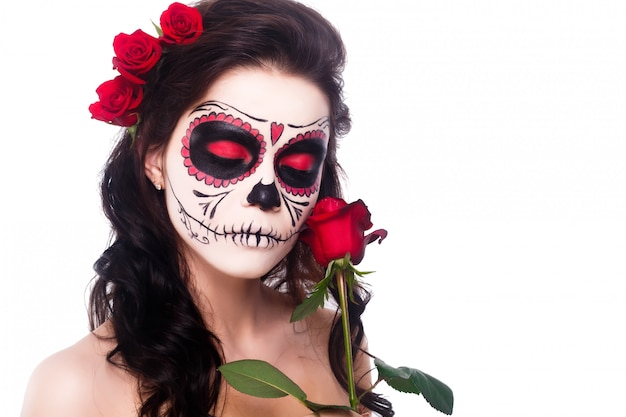 死んだマスク頭蓋骨顔アートとバラの日の若い女性 Premium写真