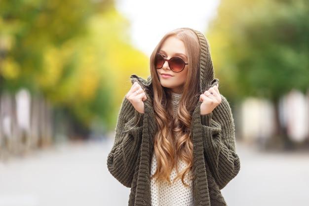 Портрет красивой женской модели в осенней одежде на открытом воздухе Premium Фотографии